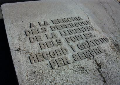 A Franco ellen harcoló nemzetközi brigádok emléktáblája katalán nyelven