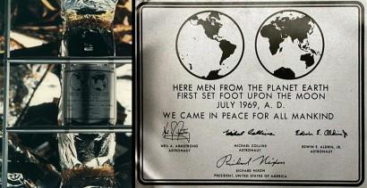 A Holdon elhelyezett Apollo-11 emlékplakett szövegét is Futurával szedték