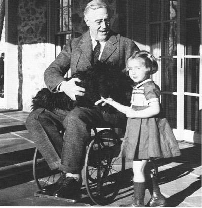 F. D. Roosevelt amerikai elnök deréktól lefelé béna volt