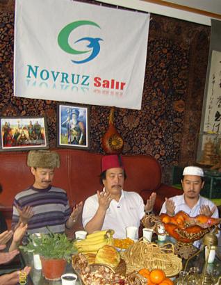 Novruzt ünneplő szalárok.
