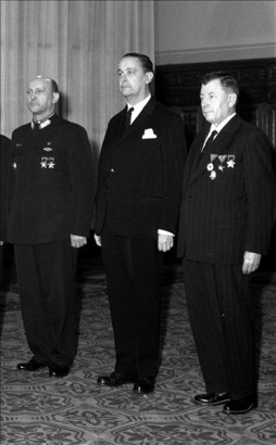 Országh László (középen) átveszi a Munka Érdemrend arany fokozata kitüntetést a Parlamentben.