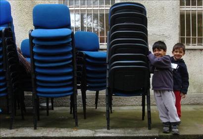 Roma kisfiúk játszanak az Országos Cigány Önkormányzat székházában