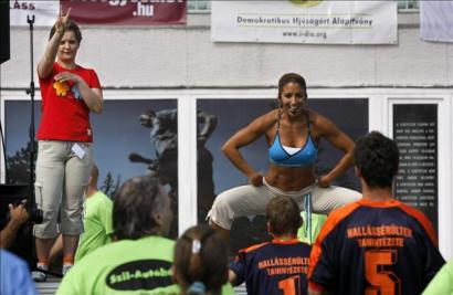 Szinkronban. Rubint Réka aerobikóráját jeltolmács fordítja a hallássérült résztvevőknek 2008. május 25-én
